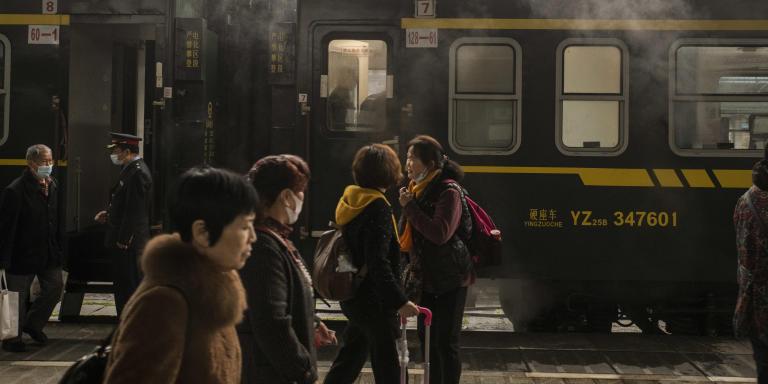 Le 20 octobre 2020 A la gare de Chongqing, des passagers s'apprêtent à monter à bord du train 5629 en partance pour Zunyi dans la province du Guizhou. Ce train desservira 24 gares et effectuera en 10 heures un trajet qui ne prend qu'1h30 en train rapide. Ces trains lents sont maintenus pour préserver la desserte des petites gares. Gilles Sabrié pour Le Monde