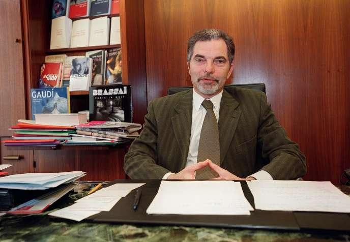 Le PDG de la maison d'éditon Flammarion, Charles-Henri Flammarion, dans son bureau en mars 2001.