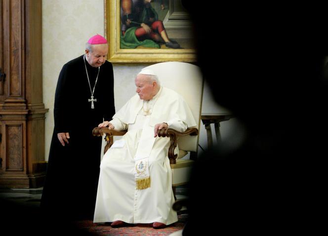 Le 12 novembre 2004, le pape Jean Paul II, au côté de son secrétaire particulier, Stanislaw Dziwisz, au Vatican.