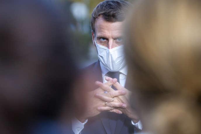 Emmanuel Macron après une réunion avec des représentants du personnel soignant au centre hospitalier René Dubos à Pontoise, le 23 octobre.