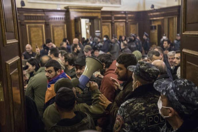 Des centaines d'Arméniens ont protesté contre l'accord de paix avec l'Azerbaïdjan, dans les bâtiments du gouvernement, à Erevan,le 9 novembre.