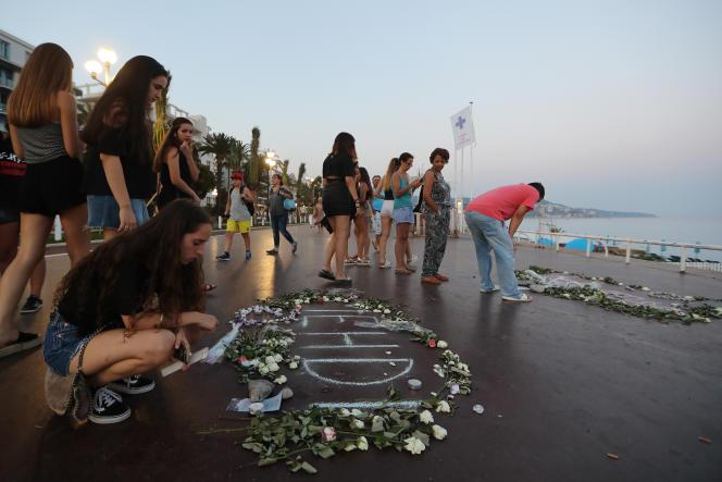 Hommage aux victimes de l'attentat de Nice sur la promenade des Anglais, un an après, le 14juillet2017.