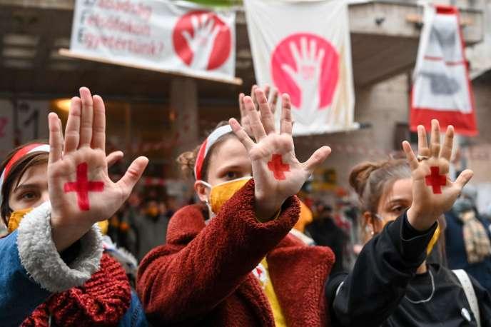 Budapest , le 10 novembre. Des étudiants hongrois arborent une croix rouge sur leur main pour marquer la fin de blocage de l'université de théâtre et de cinéma (SZFE) pour cause de reconfinement.