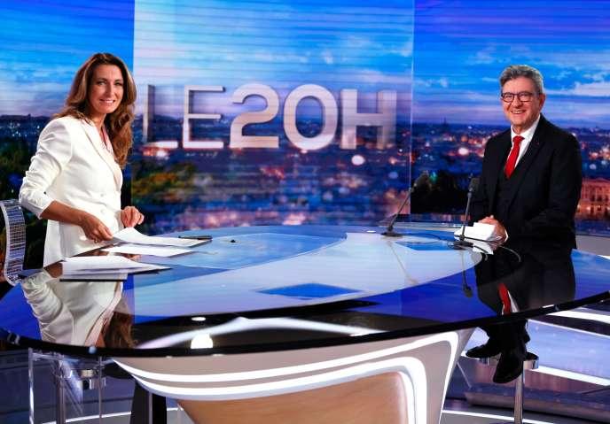 Jean-Luc Mélenchon, sur le plateau du JT de TF1 présenté par Anne-Claire Coudray (à gauche), à Boulogne-Billancourt (Hauts-de-Seine), le 8novembre.