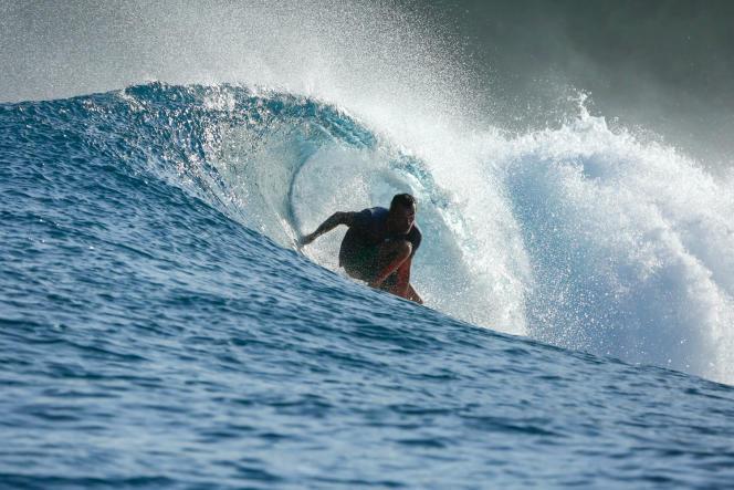 Alain Marhic sur sa planche de surf.