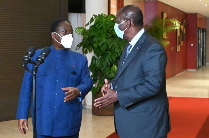 Le président ivoirien, Alassane Ouattara (à droite), et le chef de file de l'opposition,Henri Konan Bedié, après leur rencontre à Abidjan, le 11novembre.