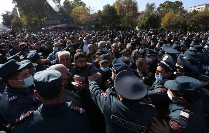 La police arménienne a procédé, mercredi 11novembre, à de nombreuses arrestations de manifestants qui se rassemblent par centaines à Erevan.
