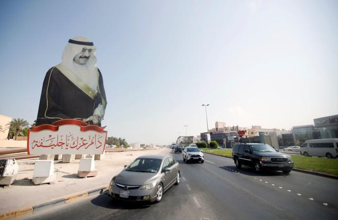 Des voitures passent devant une affiche géante du premier ministre,Cheikh Khalifa Ben Salman Al Khalifa, mort le 11 novembre2020, à Manama, à Bahreïn.