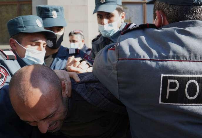 La police arménienne a procédé à de nombreuses arrestations de manifestants mercredi 11 novembre, qui se sont rassemblés par centaines à Erevan