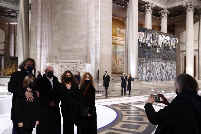 Le compositeur Pascal Dusapin (1er à gauche) et son épouse Florence Darel (4e à droite), en compagnie duplasticien Anselm Kiefer (2e à gauche) et de sa compagne, posent pour une photo devant l'œuvre de Kiefer installée au Panthéon le 11 novembre.