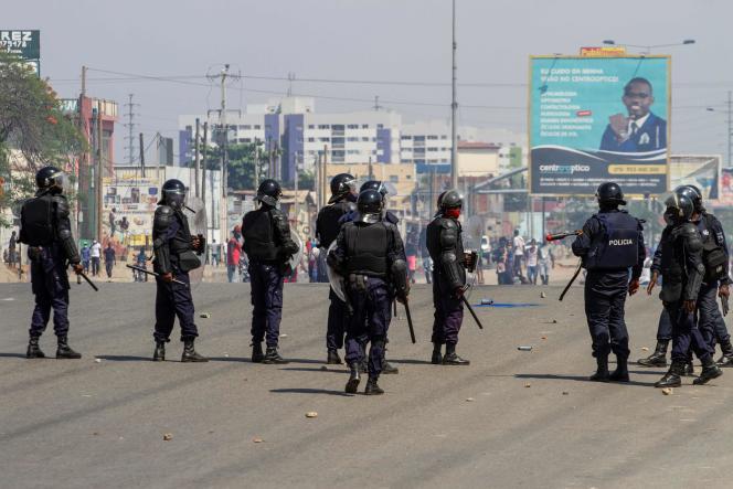Des policiers tentent de disperser un groupe de manifestants à Luanda, la capitale de l'Angola, le 11 novembre.