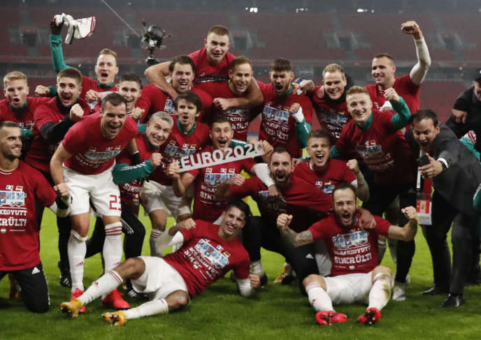 Les joueurs hongrois célèbrent leur qualification épique pour l'Euro, après leur victoire contre l'Islande, à Budapest, jeudi 12 novembre.