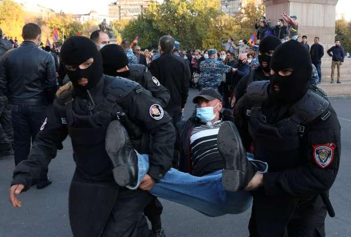 Arrestation d'un opposant lors d'une manifestation demandant la démission du premier ministre arménien, Nikol Pachinian, le 12 novembre à Erevan.