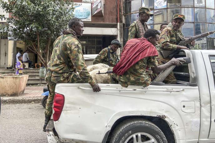 Des membres d'une milice amhara alliée à l'armée fédérale face aux autorités du Tigré, à Gondar, le 8novembre 2020.