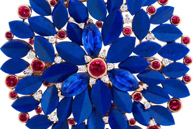 Clip en or rose, or jaune, or blanc, rubis, saphirs, lapis-lazuli et diamants. Collection Romeo & Juliet de Van Cleef & Arpels, 2019.