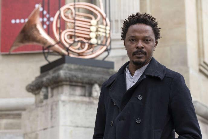 L'artiste congolais Sammy Baloji et sonœuvre« Johari - Brass Band», devant le Grand Palais, à Paris, en 2020.