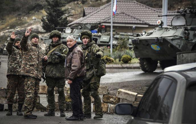 Des soldats de maintien de la paix russes (au centre et à droite) interceptent un véhicule près de Stepanakert, le 13 novembre.