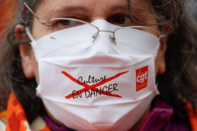 Une femme manifeste à Paris pour défendre«la culture en danger», le 13 novembre.