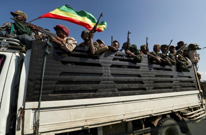 Des membres de milices de la région Amhara montent dans leur camion pour aller affronter le Front populaire de libération du Tigré), à Sanja, près de la frontière avec le Tigré, en Ethiopie, le 9 novembre.