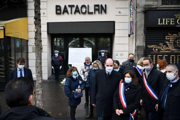 La maire de Paris, Anne Hidalgo, le premier ministre, Jean Castex, et lemaire du 11earrondissement de la capitale, François Vauglin, rendent hommage aux victimes du 13-Novembre, devant le Bataclan.