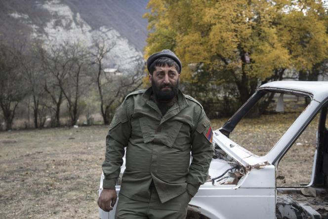 Un homme regarde la brûler la maison qu'une famille vient de mettre en feu avant de la quitter,Dadivank, Haut-Karabakh, le 12 novembre.