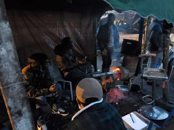 Dans le camp de la friche Saint-Sauveur, à Lille, des Ivoiriens vivent dans des tentes et espèrent être régularisés.
