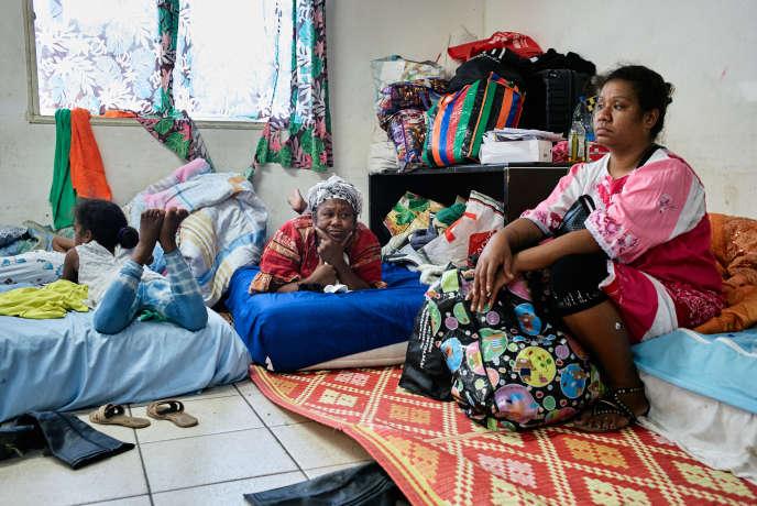 Des membres de la tribu de Roh, évacués de l'île de Maré, refugiés à Nouméa (Nouvelle-Calédonie), le 13 novembre.