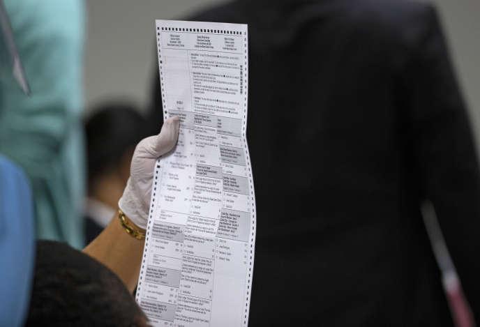 Un décompte de votes enregistrés lors de l'élection présidentielle,à Miami (Floride), le 12novembre.