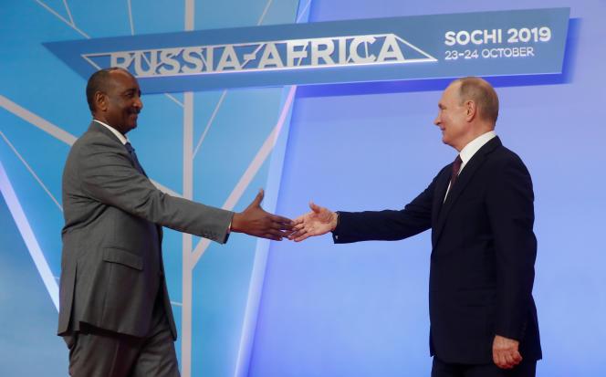 Le président russe, Vladimir Poutine, et le chef du Conseil souverain du Soudan,Abdel Fattah al-Burhane, au sommet Russie-Afrique de Sotchi, le 23octobre 2019.