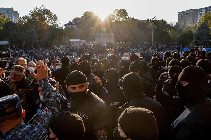 Des manifestants protestent contre l'accord de cessez-le-feu au Haut-Karabakh, vendredi13novembre, àErevan, capitale de l'Arménie.