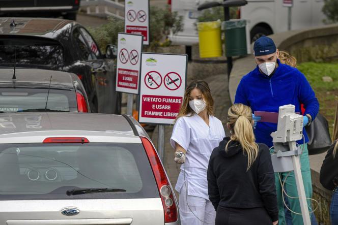 A Naples, où le système hospitalier est débordé, des files d'attente se forment devant les urgences, et les infirmières soignent certains patients dans leur voiture.