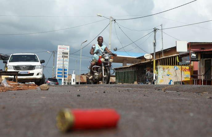 Une cartouche de fusil sur une route à M'Batto, en Côte d'Ivoire, le 12novembre 2020, témoigne des affrontements qui ont opposé les habitants de la ville.