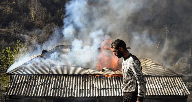 Dans le village de Charketar, des habitants ont brûlé leur maison, avant l'arrivée des Azebaïdjanais.
