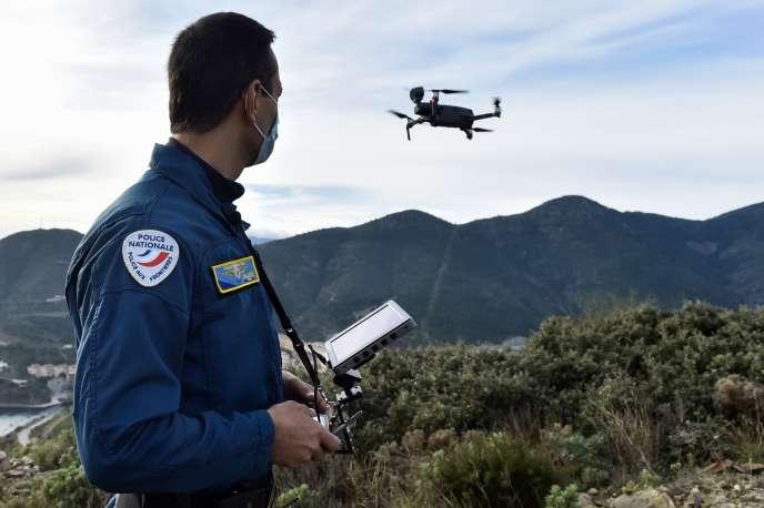 Un officier de la police aux frontières surveille la frontière franco-espagnole à l'aide d'un drone, le 13 novembre.