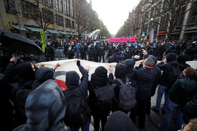 A Francfort, le rassemblement a été perturbé par une contre-manifestation antiraciste, dispersée au canon à eau par les autorités.