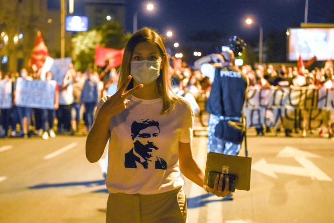 Une manifestante porte un tee-shirt à l'effigie deGotsé Deltchev (1872-1903), un révolutionnaire anti-Ottomans dont Bulgarie et Macédoine du Nord se disputent la mémoire, lors d'une manifestation à Skopje, le 15 septembre.