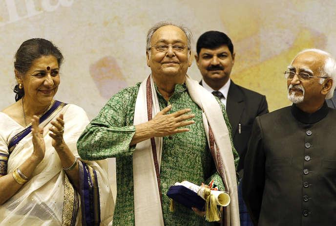 L'acteur Soumitra Chatterjee (au centre) reçoit le Dadasahab Phalke Award pour l'ensemble de sa carrière,le 3 mai 2012, à Delhi (Inde).