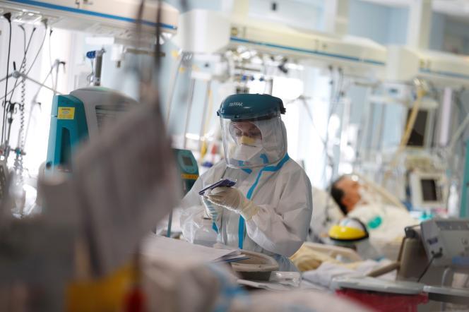 Une infirmière traite un patient atteint du Covid-19, au service de soins intensifs de l'hôpital San Filippo près de Rome (Italie), le 29 octobre.