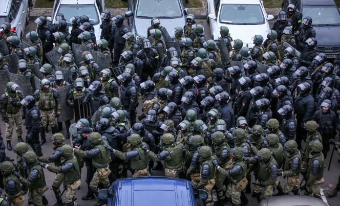 Dispersion d'une manifestation d'opposition, à Minsk, le 15 novembre 2020.