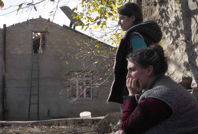 Deux femmes s'apprêtent à quitter leur maison, samedi14novembre, avant que le district de Kelbajar soit restitué à l'Azerbaïdjan.