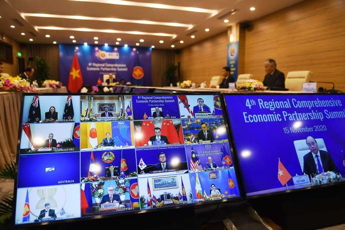 Le premier ministre vietnamien, Nguyen Xuan Phuc, échange avec ses homologues lors du sommet virtuel de l'Asean, à Hanoï, le 15 novembre.