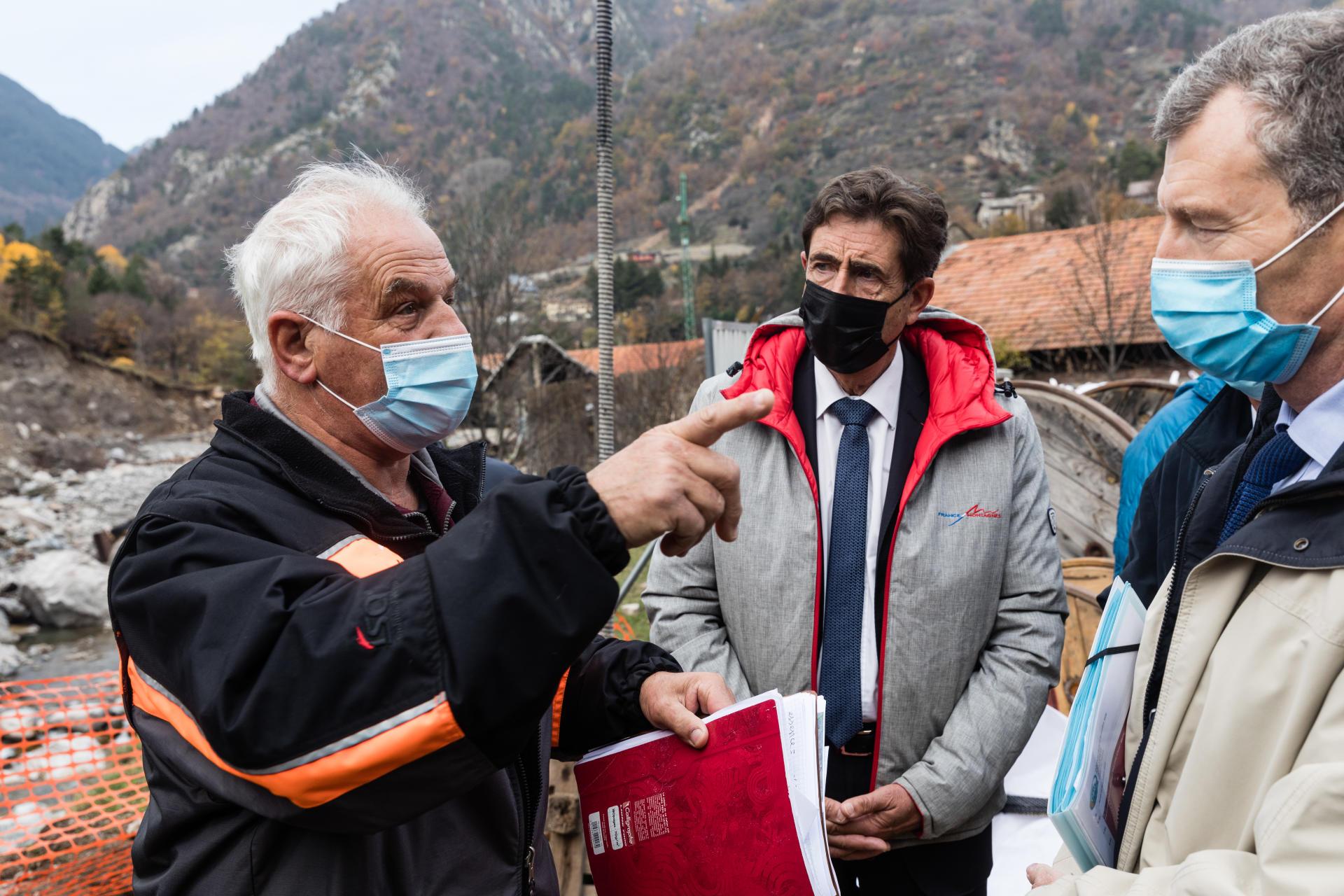 Jean-Pierre Vassallo, maire de Tende (gauche), Charles Ange Ginesy, président du Département des Alpes-Maritimes (centre) et Christophe Mirmand, préfet de région (droite) sur le quai provisoire de Saint-Dalmas,le 12 novembre.