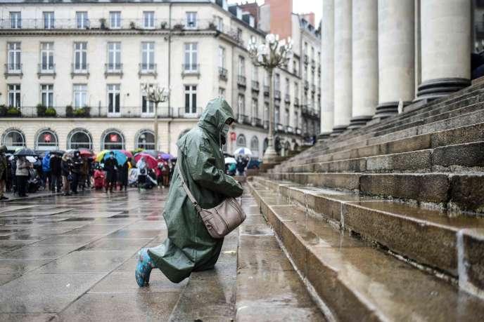Un catholique prie leur d'un rassemblement pour réclamer la réouverture des églises, à Nantes, le 15 novembre.