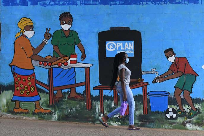 Une fresque murale sensibilise aux gestes de protection face au coronavirus, dans le bidonville de Kibera, à Nairobi, le 13août 2020.