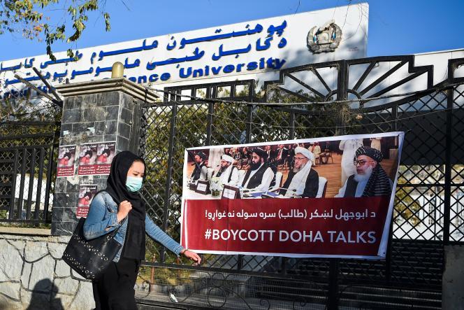 Une affiche hostile aux pourparlers de Doha entre les talibans et le gouvernement de Kaboul, le 3 novembre, devant l'université de Kaboul.