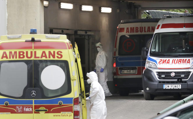Des ambulances amènent dans un hôpital polonais des patients atteints du Covid-19, à Varsovie, le 20 octobre 2020.