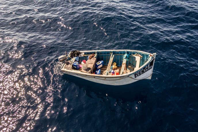 Les nombreuses arrivées d'embarcations sur l'archipel des Canaries, au début denovembre, ont contraint les secouristes à en abandonner certaines en mer une fois les migrants transférés, par manque de temps de les remorquer vers la côte.
