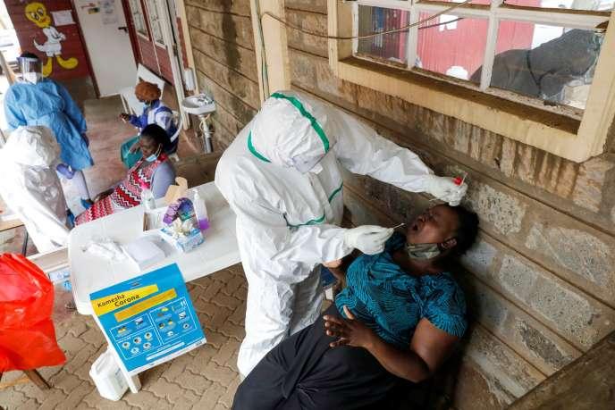 Un personnel soignant effectue un test de Covid-19, à Nairobi (Kenya), le 17 octobre.