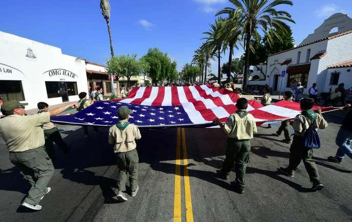 Des Boy-Scouts portent ledrapeau national lors d'un défilé à San Gabriel, en Californie, alors que l'Amérique célèbre le jour de l'indépendance, le 4 juillet 2018.