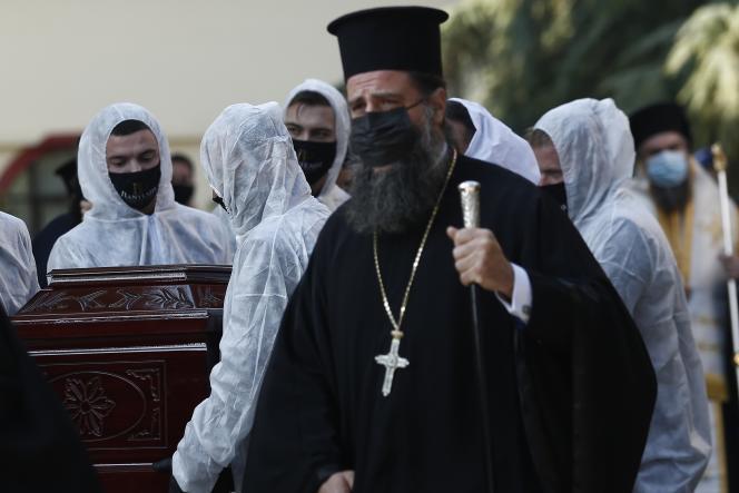 Funérailles d'un membre du clergé décédé du Covid-19, le 16 novembre à Thessalonique, deuxième ville de Grèce.